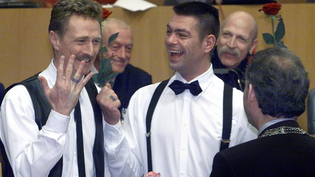 Twintig jaar geleden trouwde Job Cohen de eerste homo's en lesbiennes in Nederland.