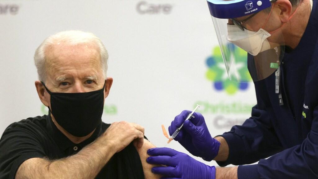Joe Biden krijgt z'n coronaprik.