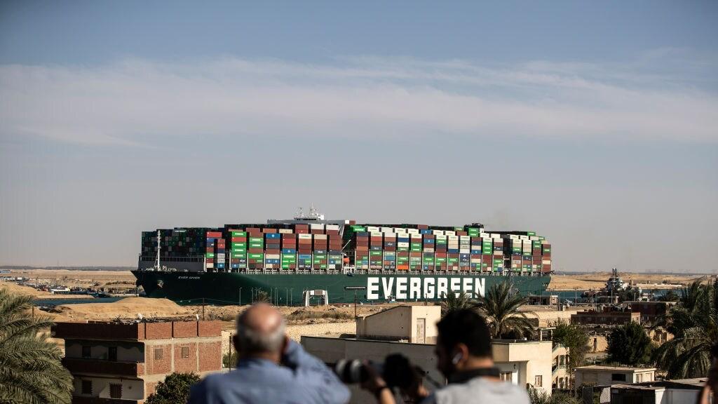 Containerschip Ever Given is dan wel weer vlotgetrokken, maar zal nog wel voor vertraging zorgen.