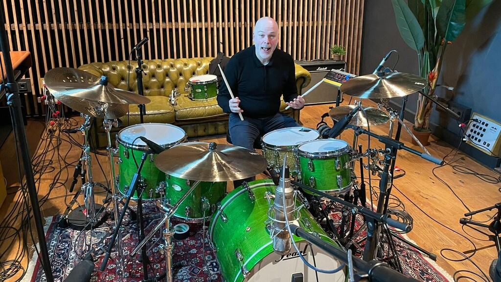 Drummende ondernemer Jan 't Hoen ziet klanten meer besteden in coronatijd.