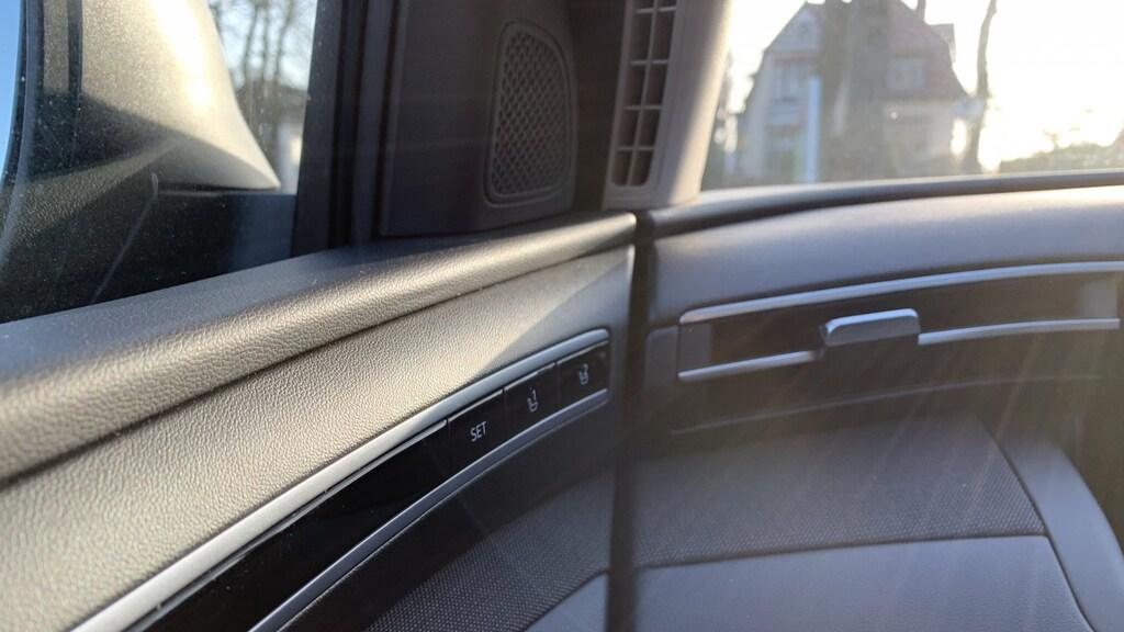 Zie hoe subtiel die lijntjes doorlopen van deur in dashboard