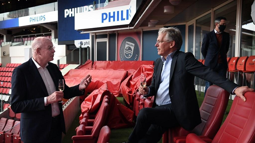 PSV-directeur Gerbrands (links) met topman Van Houten van Philips.
