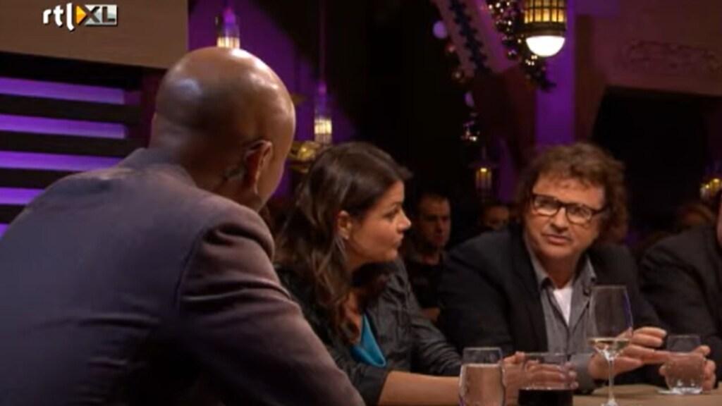 Medicijnontwikkelaar Adriaan Tuiten (rechts) licht zijn lustpil toe in RTL Late Night