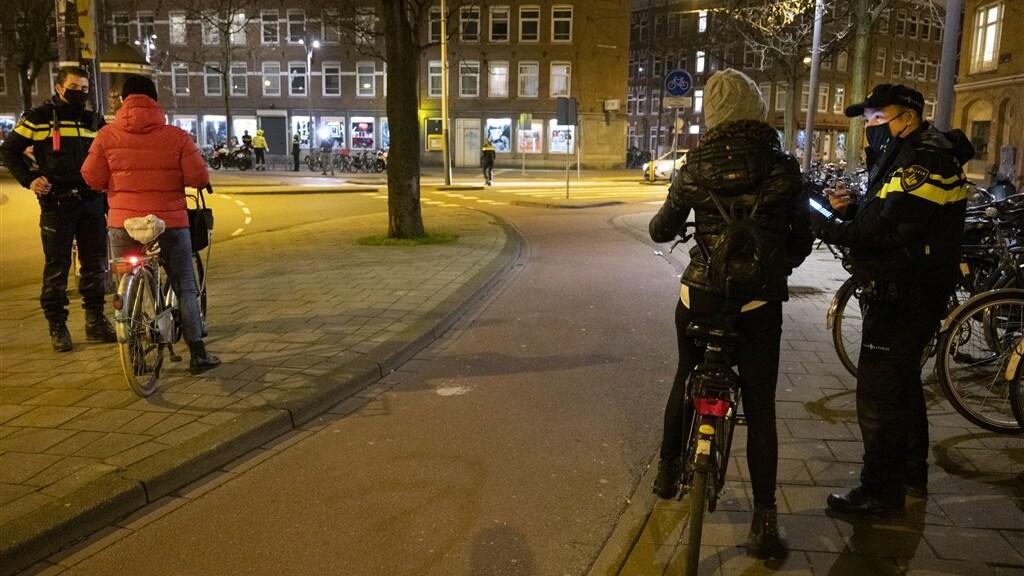 Politiecontrole tijdens de avondklok, afgelopen januari in Amsterdam.