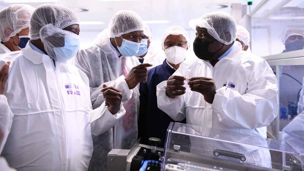 De Zuid-Afrikaanse president Cyril Ramaphosa bezoekt de lokale productielocatie van het Janssen-vaccin.