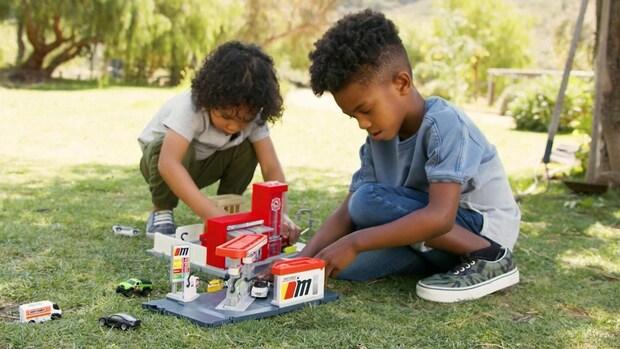 Kind leert over duurzaamheid met schaalmodel elektrische auto