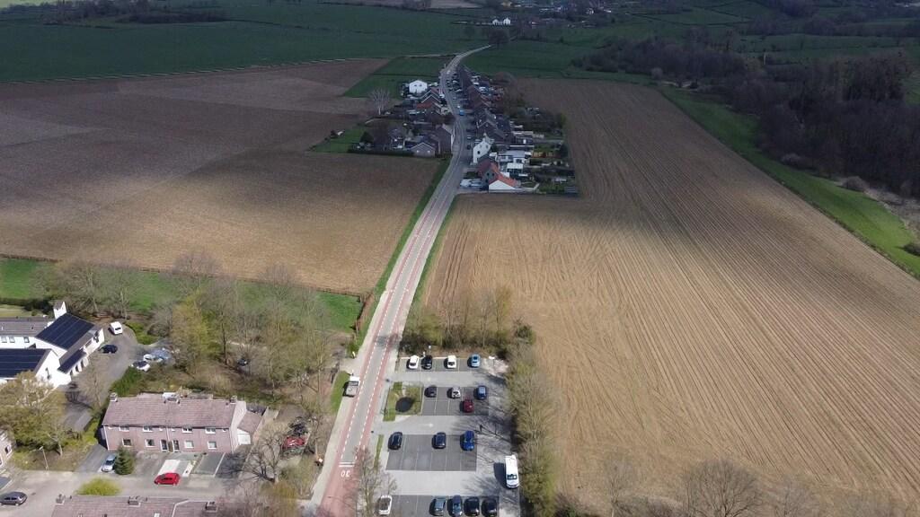 De wijk moet verrijzen op de akkers links en rechts van de hoofdweg.