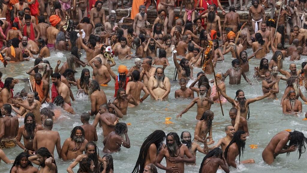 De massale duik in de Ganges-rivier ging niet met anderhalve meter afstand of mondkapjes.