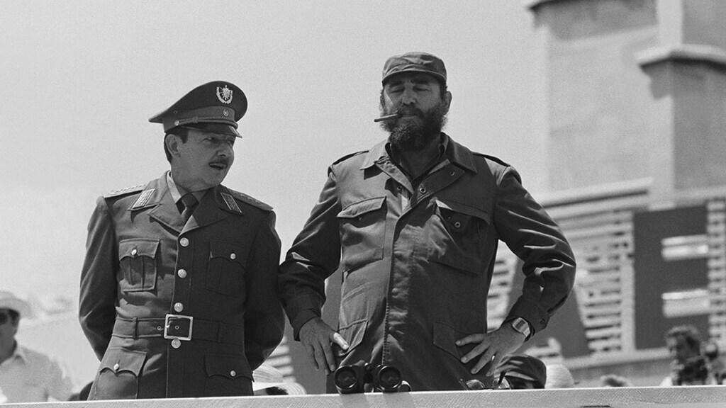 Raúl (links) en Fidel Castro in 1978.