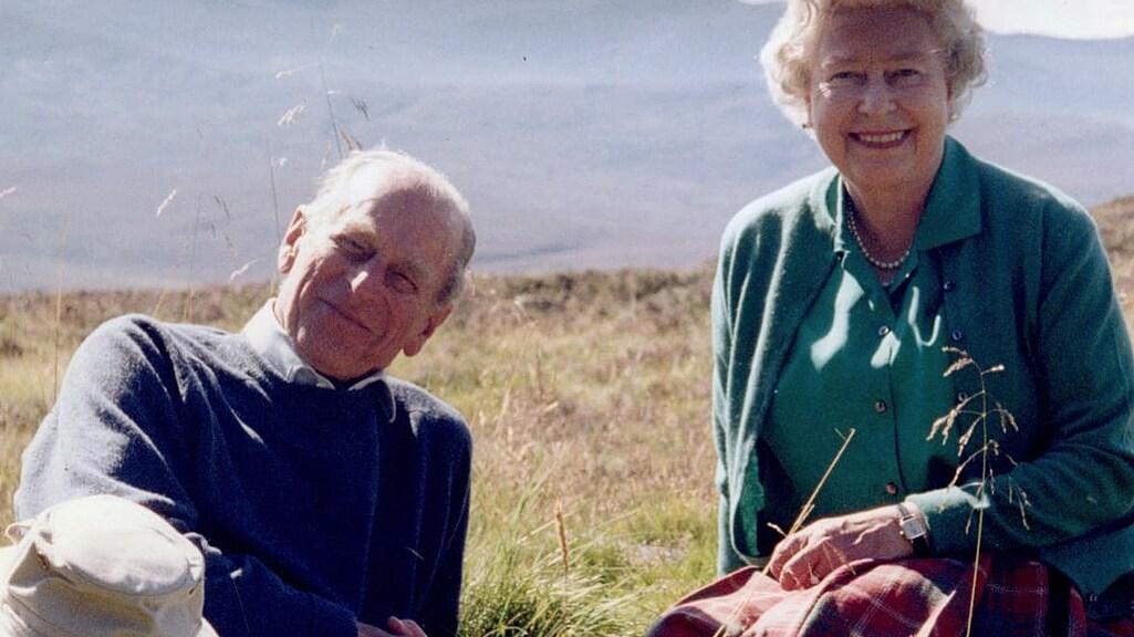 Het Britse koningshuis deelde vanochtend deze foto uit 2003 van prins Philip en zijn echtgenote op Twitter.