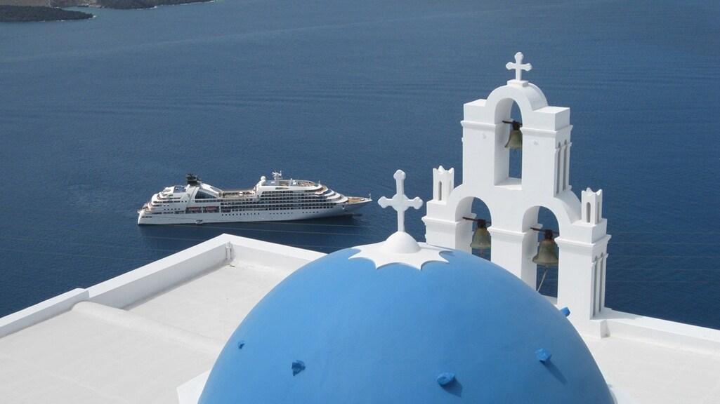 Een schip van Seabourn Cruises in Griekse wateren.
