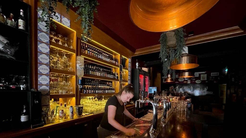 Sanne maakt de bar alvast klaar voor woensdag