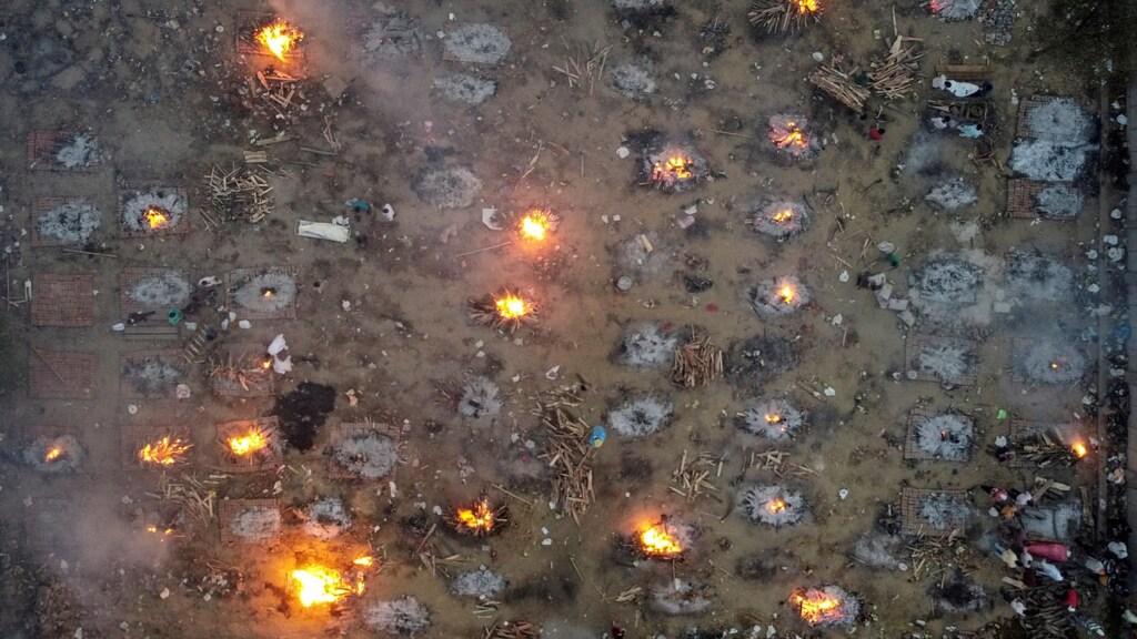 Een crematorium in New Delhi waar tientallen mensen tegelijk worden gecremeerd.