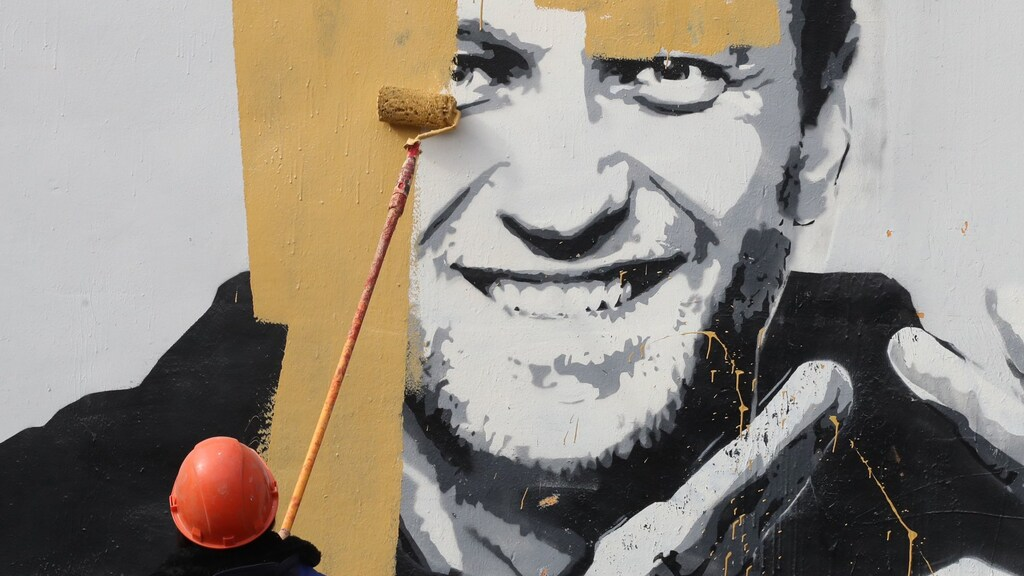 Deze schildering van Navalny werd gisteren door de autoriteiten razendsnel overgeschilderd.