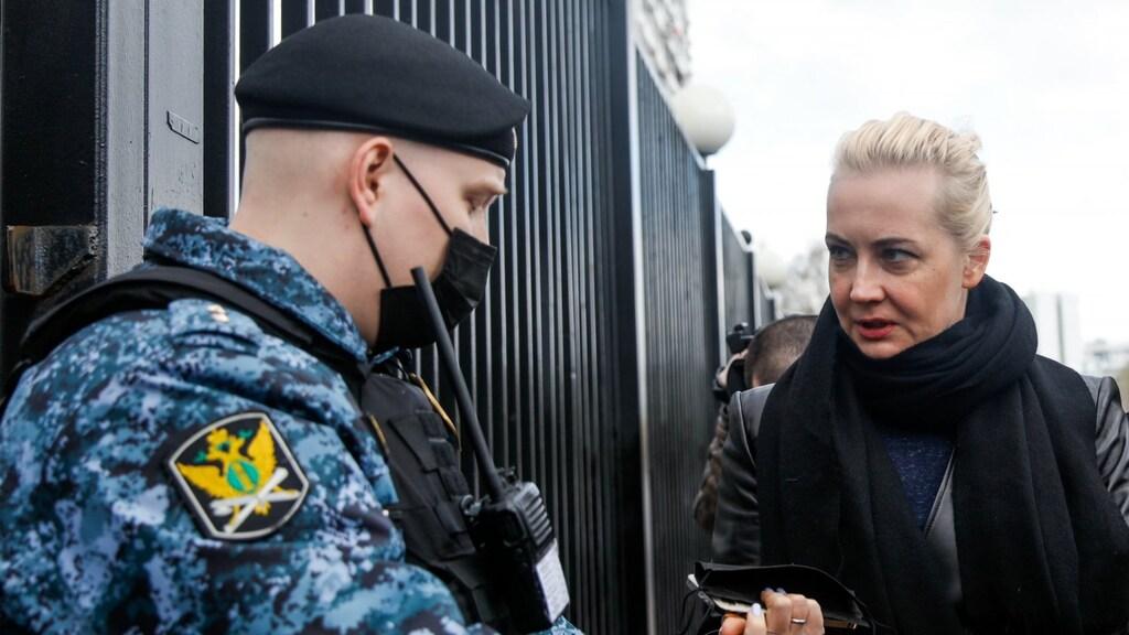 Navalny's vrouw Julia bij het binnengaan van de rechtbank.