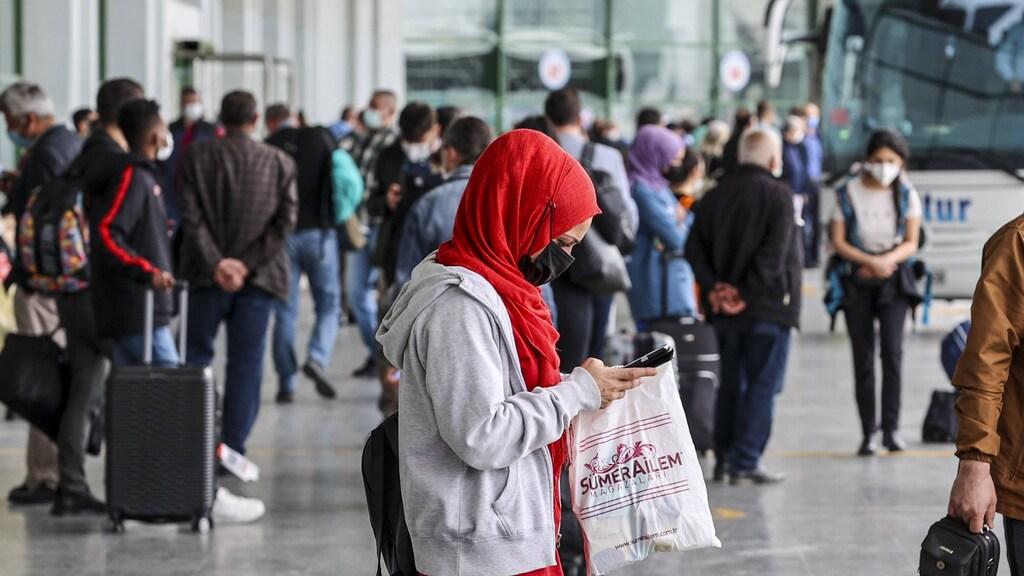 Vlak voor de lockdown ingaat, pakken veel Turken nog snel de bus de stad uit.
