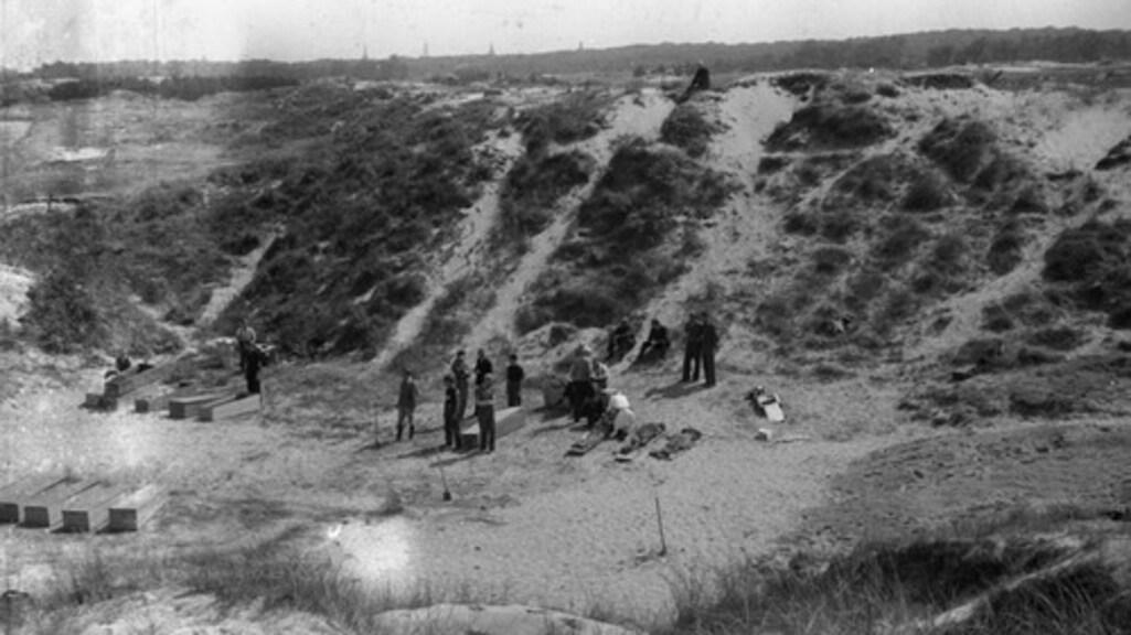 Honderden lichamen werden na de oorlog gevonden in het gebied rond de Waalsdorpervlakte.
