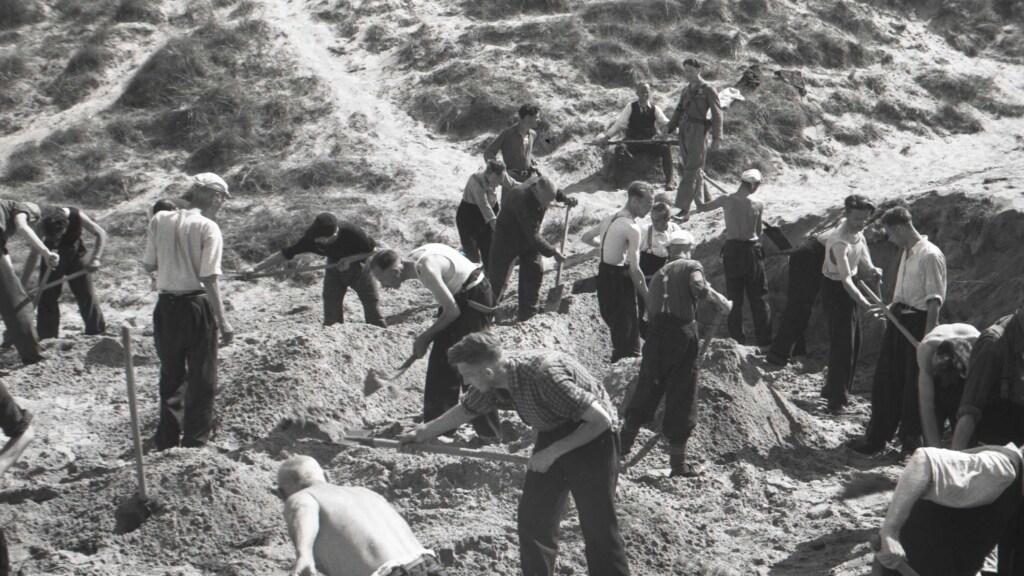 Gevangengenomen NSB'ers (leden van de Nationaal-Socialistische Beweging, die samenwerkte met de Duitsers) groeven de lichamen op, die op aanwijzing van Piet Kuijt waren gevonden.