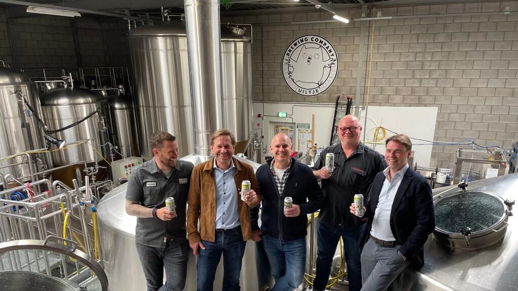 Helemaal links staat Robbert Uyleman, uiterst rechts Peer Swinkels van Swinkels Family Brewers.