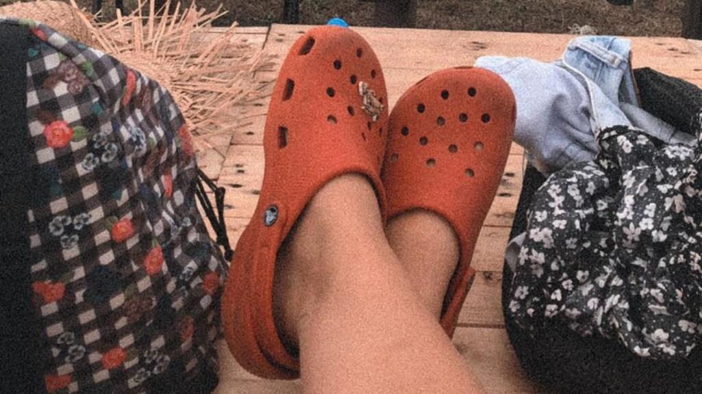 Lente draagt haar Crocs met trots