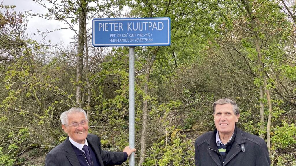 De twee nog levende zonen van Piet Kuijt bij de onthulling van het fietspad dat als eerbetoon naar hem is vernoemd.
