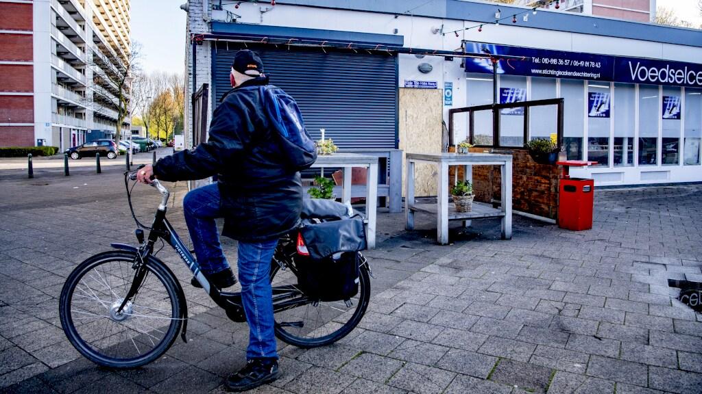 Een fietser bekijkt de schade aan het Feyenoordcafé The Hide Away.