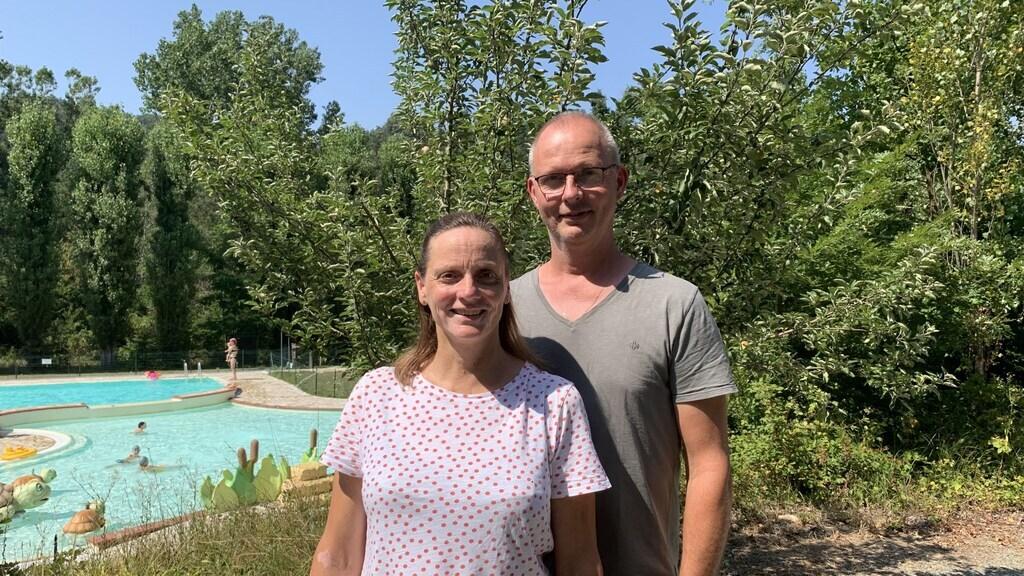 Pieter en Barbara Witschge bij het zwembad van hun camping Tenuta Squaneto.
