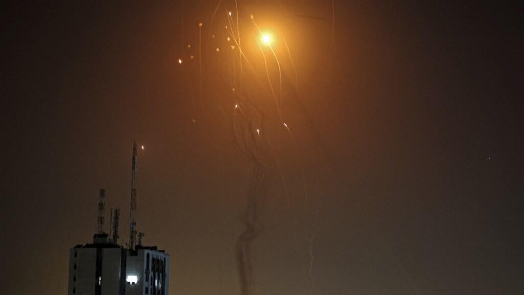 Een raket afgevuurd vanuit Gaza wordt onderschept door het Israëlisch luchtafweersysteem.