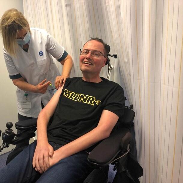 Hanno Bos krijgt zijn tweede corona-vaccinatie.