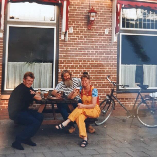 Anja met twee vrienden voor 't Ankertje, vlak nadat ze het had gekocht in 2000.