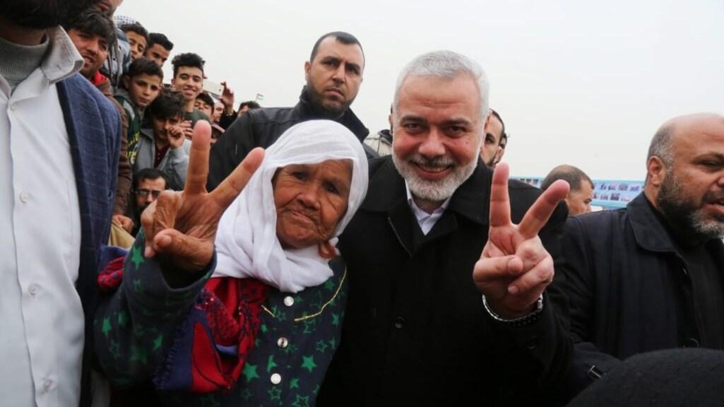 Ismaïl Haniyeh (rechts), sinds 2017 leider van Hamas, poseert met een Palestijnse demonstrant.
