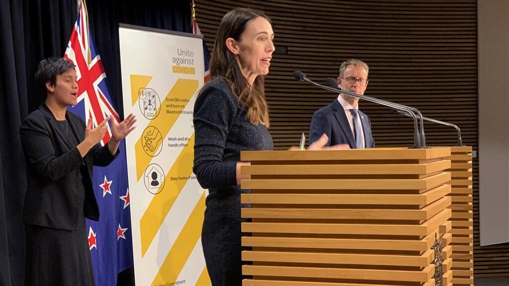 Premier Jacinda Ardern met volksgezondheidsexpert Ashley Bloomfield.
