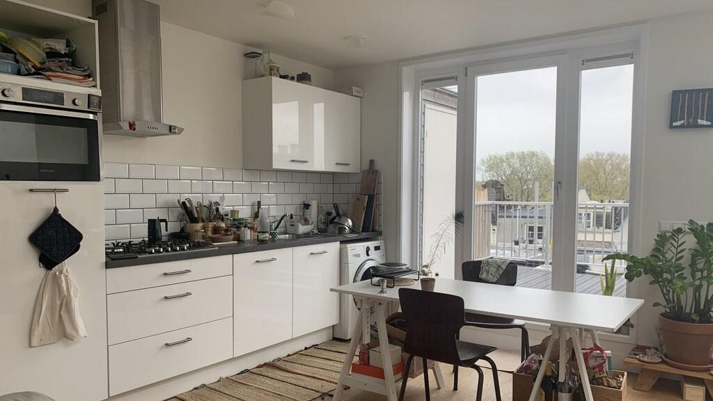 Het appartement van Ivano in Amsterdam, hij betaalt bijna 1700 euro voor 54 vierkante meter.