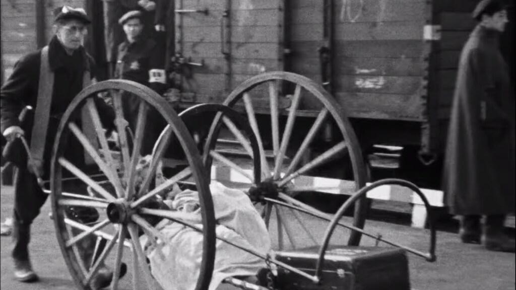Screenshot uit de film. De vrouw op de brancard werd geïdentificeerd als Frouwke Kroon.