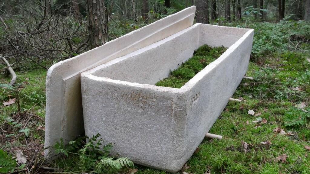 Op de  bodem van de doodskisten ligt een laag mos.