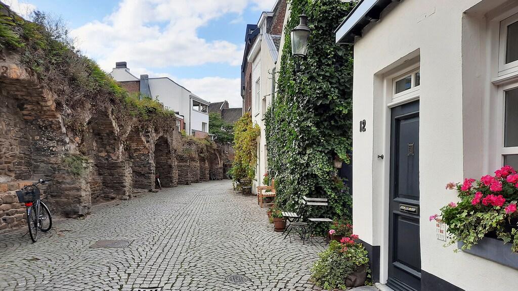 De oude stadsmuren in het Jekerkwartier.