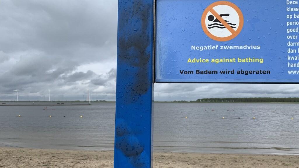 Waarschuwingsbord bij het strandje 't Kleine Zeetje