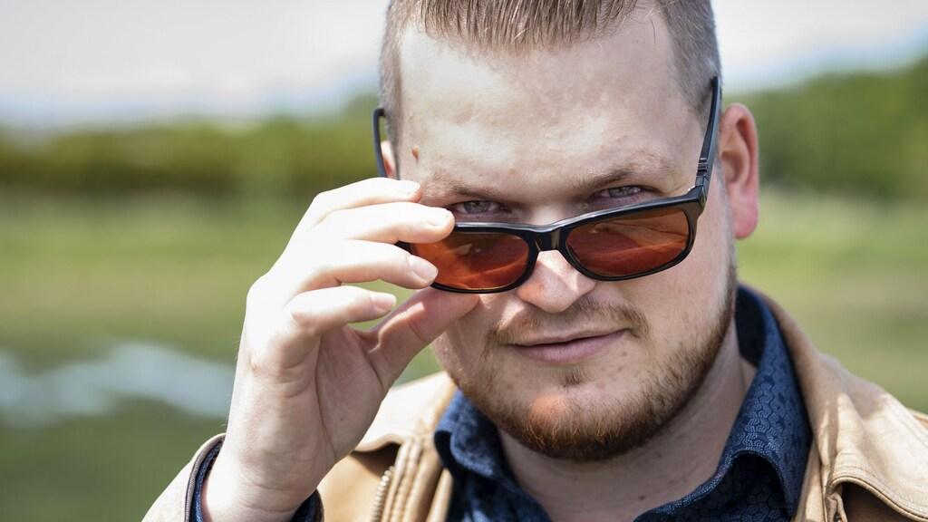 Michiel moet sinds zijn operatie wennen aan licht, dus draagt hij vaak een zonnebril.