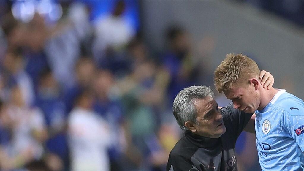 Manchester City-speler Kevin De Bruyne wordt getroost na zijn botsing met Rudiger.