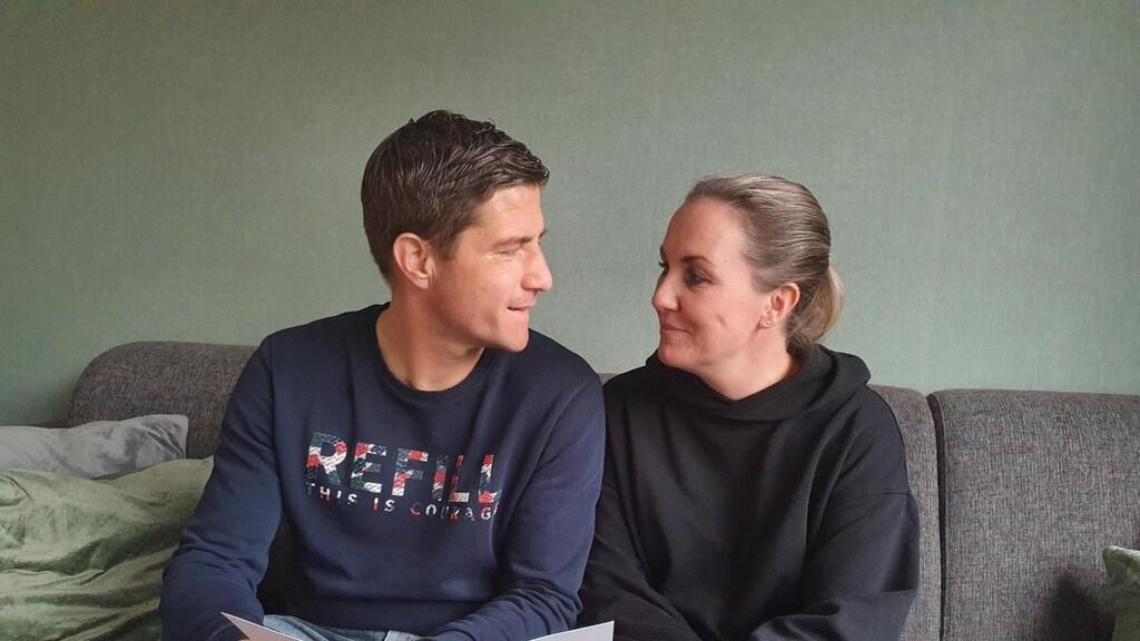 Zoë en Patrick met hun trouwkaart die al anderhalf jaar klaar is.
