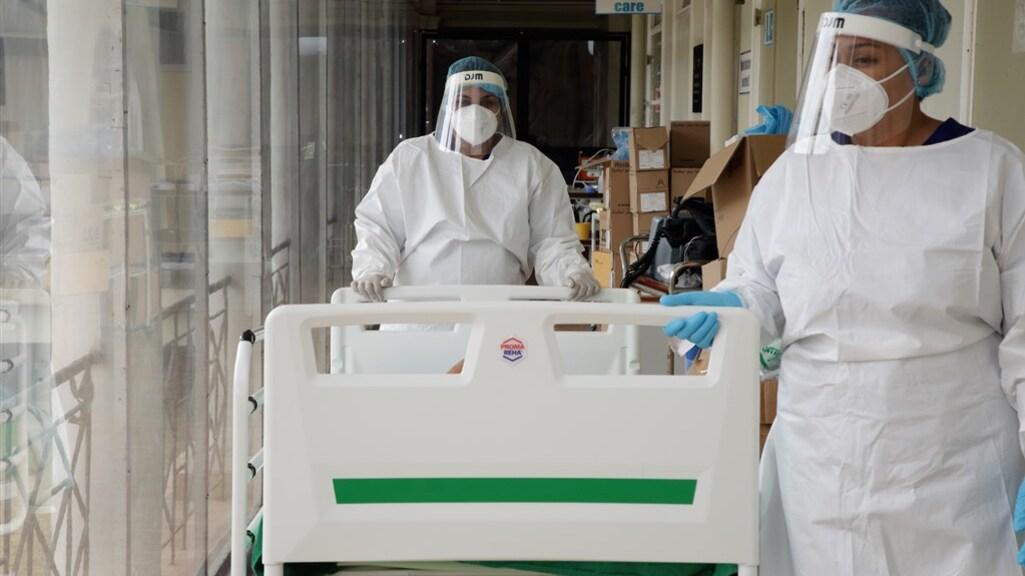 Zorgpersoneel vangt een covid-patient op in het St. Vincentius Ziekenhuis.