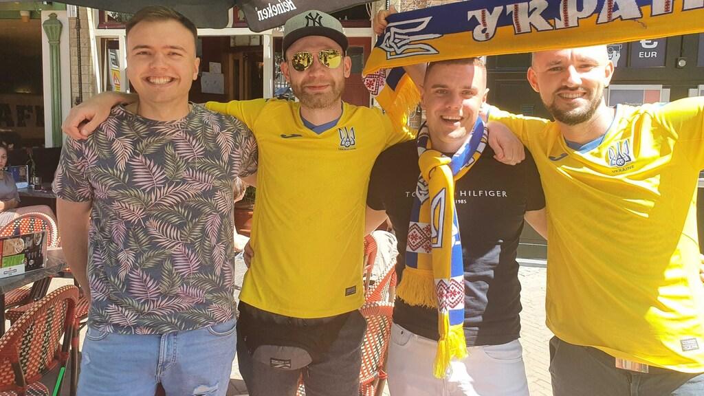 Maкcим (tweede van links) en drie vrienden zijn vanuit Kiev naar Amsterdam gevlogen voor hun team.