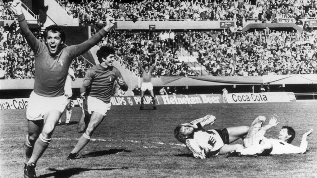 Bettega (l) juicht nadat Brandts (r) een eigen goal maakt tijdens de WK-wedstrijd in 1978.