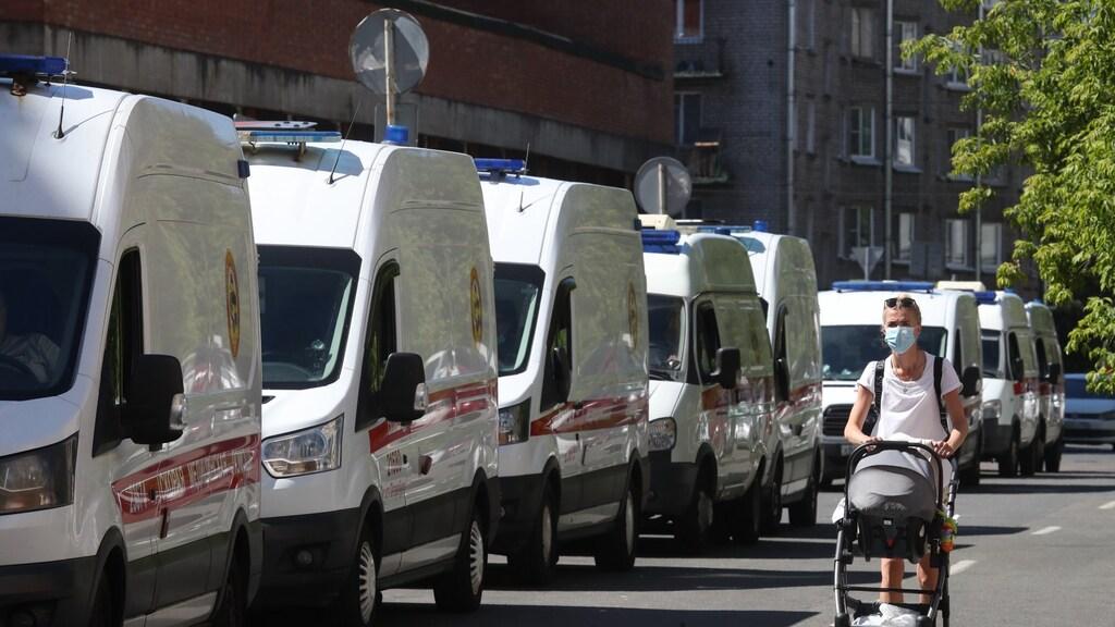 Een file van ambulances in Sint-Petersburg. Door coronadrukte kunnen ze hun patiënten niet kwijt bij het ziekenhuis.