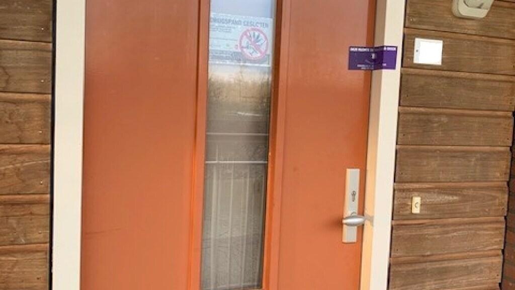 De voordeur van Robins woning is verzegeld door de burgemeester.