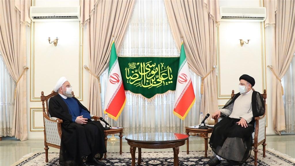 De nieuwe president Raisi (rechts) en zijn voorganger Rouhani