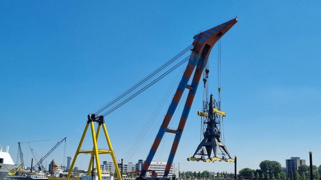 De kraan op transport richting Rotterdam.