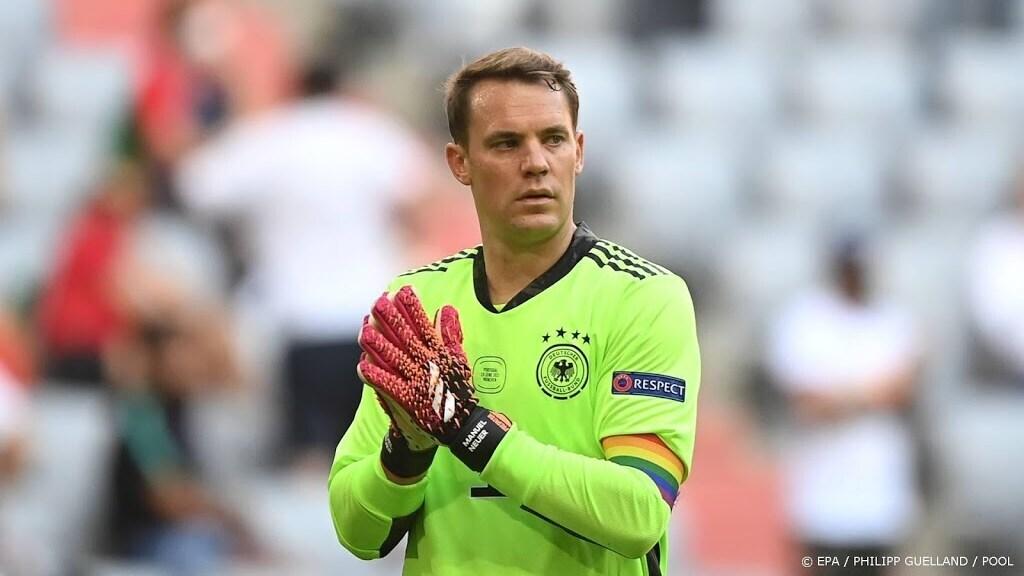 De Duitse doelman Manuel Neuer mag zijn aanvoerdersband in regenboogkleuren bij het EK blijven dragen
