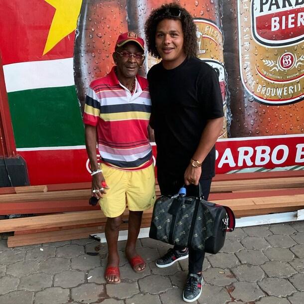 Deswin samen met zijn recent overleden vader