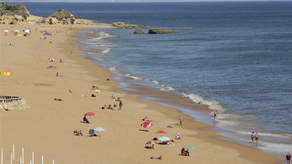 Het strand van het Portugese Albufeira is normaal heel populair, maar dit jaar is het een stuk rustiger.